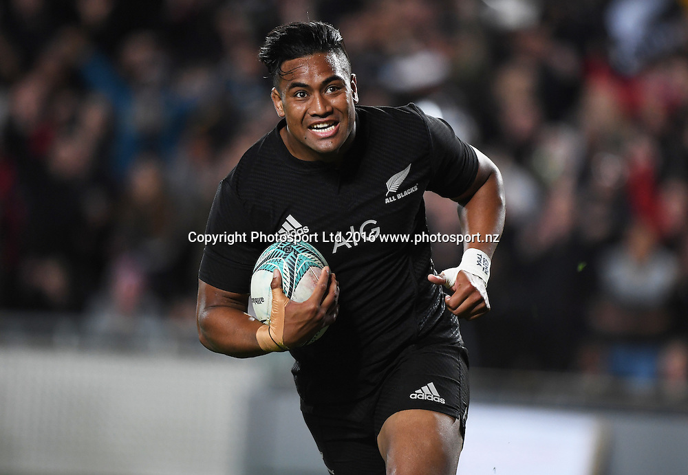 Julian Savea goes in for a try.<br /> New Zealand All Blacks v Australia Wallabies. Bledisloe Cup rugby union test match. Eden Park, Auckland, New Zealand. Saturday 22 October 2016. &copy; Copyright Photo: Andrew Cornaga / www.Photosport.nz
