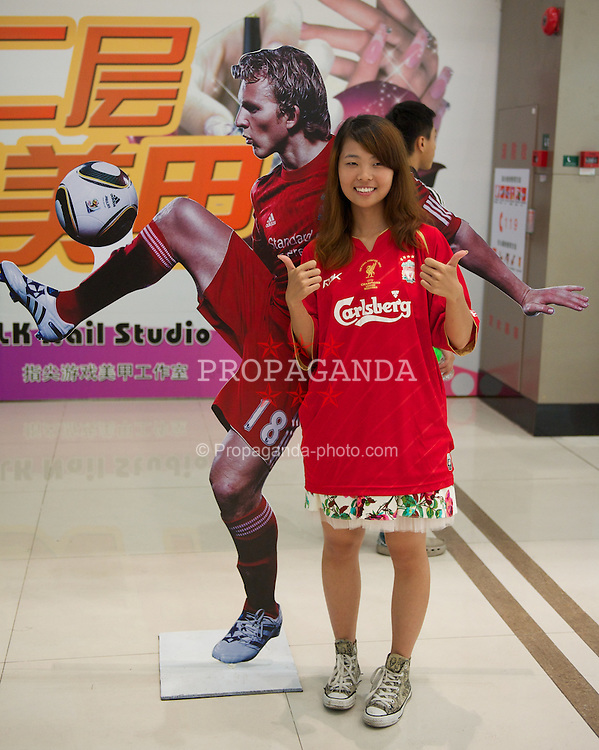 GUANGZHOU, CHINA - Tuesday, July 12, 2011: Chinese Liverpool supporters during a promotional event for Standard Charter at the Tianhe Shopping Center during day two of the club's Asia Tour. (Photo by David Rawcliffe/Propaganda)