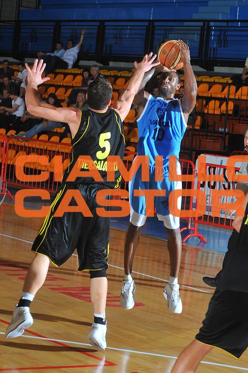 DESCRIZIONE : Caorle Lega A 2009-10 Amichevole Vanoli Basket Cremona Aris Salonicco<br /> GIOCATORE : Troy Bell<br /> SQUADRA : Vanoli Basket Cremona<br /> EVENTO : Campionato Lega A 2009-2010 <br /> GARA : Vanoli Basket Cremona Aris Salonicco<br /> DATA : 13/09/2009<br /> CATEGORIA :  Tiro<br /> SPORT : Pallacanestro <br /> AUTORE : Agenzia Ciamillo-Castoria/M.Gregolin<br /> Galleria : Lega Basket A 2009-2010 <br /> Fotonotizia : Caorle Lega A 2009-10 Amichevole Vanoli Basket Cremona Aris Salonicco<br /> Predefinita :