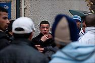 Un jeune homme est pris à partie par la foule de manifestants recevant de nombreux coups avant d'être ex-filtré par d'autres manifestants. // Des affrontements entre la police et les manifestants ont éclaté dans le centre de Tunis, notamment avenue Habib Bourguiba, faisant (selon Associated Press) 3 morts (prétendument par balle) et 12 blessés parmi les manifestants, Tunis le 26 février 2011.