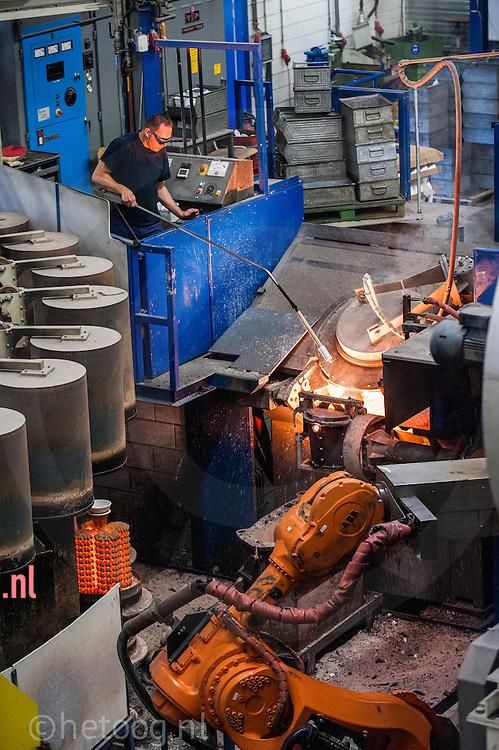 nederland, almelo 18 okt 2013 wasmodelgietwerk volgens de verloren was methode bij Cirex in almelo. foto Cees Elzenga- hetoog.nl