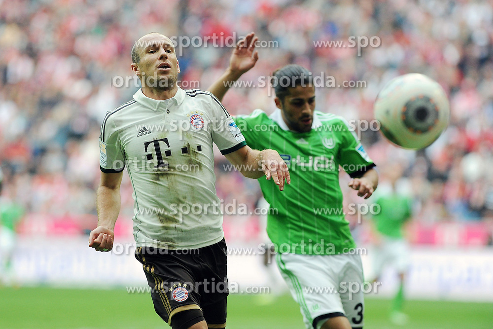 28.09.2013, Allianz Arena, Muenchen, GER, 1. FBL, FC Bayern Muenchen vs VfL Wolfsburg, 7. Runde, im Bild Arjen Robben (FC Bayern Muenchen) schaut einem Ball hinterher. Rechts Ricardo Rodriguez (VfL Wolfsburg) // during the German Bundesliga 7th round match between FC Bayern Munich and VfL Wolfsburg at the Allianz Arena, Munich, Germany on 2013/09/28. EXPA Pictures &copy; 2013, PhotoCredit: EXPA/ Eibner/ Wolfgang Stuetzle<br /> <br /> ***** ATTENTION - OUT OF GER *****
