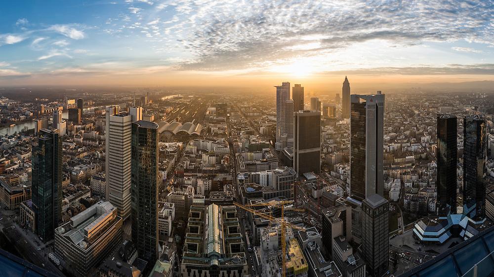 Der Ausblick vom Frankfurter Maintower in Richtung Westen bei Sonnenuntergang