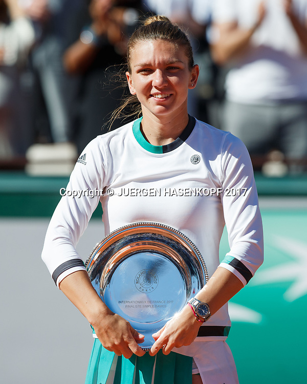 Finalistin SIMONA HALEP (ROU) mit der Schale,Siegerehrung,Praesentation,<br /> <br /> Tennis - French Open 2017 - Grand Slam / ATP / WTA / ITF -  Roland Garros - Paris -  - France  - 10 June 2017.