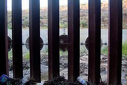 I canali di scolo della frontiera permettono a molti di passare dall'altro lato, purtroppo pero' non poca gente è morta nel tentativo.