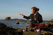 Julien Rasault is the founder of Algo'Manne in Ploudalmézeau, France. He collects edible algae  | Julien Rasault gründete die Firma Algo'Manne in Ploudalmézeau Frankreich. Er erntet Algen für den direkten Verzehr als Brotaufstrich und zugaben zu Gerichten. Ihm ist es wichtig, dass wieder natürlich Nahrung aus dem Meer gegessen wird,