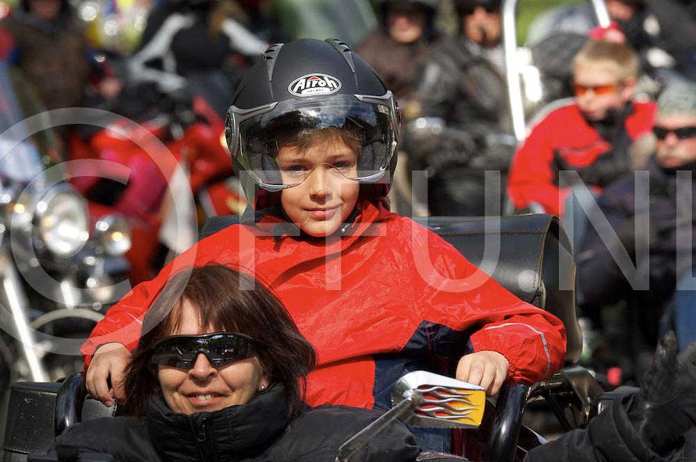 OMMEN - Vechtgenotenrit..foto:tientallen motoren vertrokken voor de rit met kinderen over 100 kilometer..FFU PRESS AGENCY COPYRIGHT FRANK UIJLENBROEK.