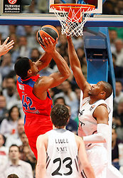 20.03.2014, Palacio de los Deportes, Madrid, ESP, Basketball EL, Real Madrid vs CSKA Moskau, Gruppe F, im Bild Real Madrid's Marcus Slaughter (r) and CSKA Moscow's Kyle Hines // Real Madrid's Marcus Slaughter (r) and CSKA Moscow's Kyle Hines during the group F Basketball Euroleague between Real Madrid and CSKA Moscow at the Palacio de los Deportes in Madrid, Spain on 2014/03/20. EXPA Pictures © 2014, PhotoCredit: EXPA/ Alterphotos/ Acero<br /> <br /> *****ATTENTION - OUT of ESP, SUI*****