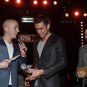 NLD/Amsterdam/20150203 - Uitreiking 100% NL Awards 2015, Ruud Feltkamp rijkt award uit aan Sjors van der Panne