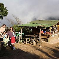 Familia comiendo fresas con crema en parador turístico, Galipán, Estado Vargas, Venezuela.
