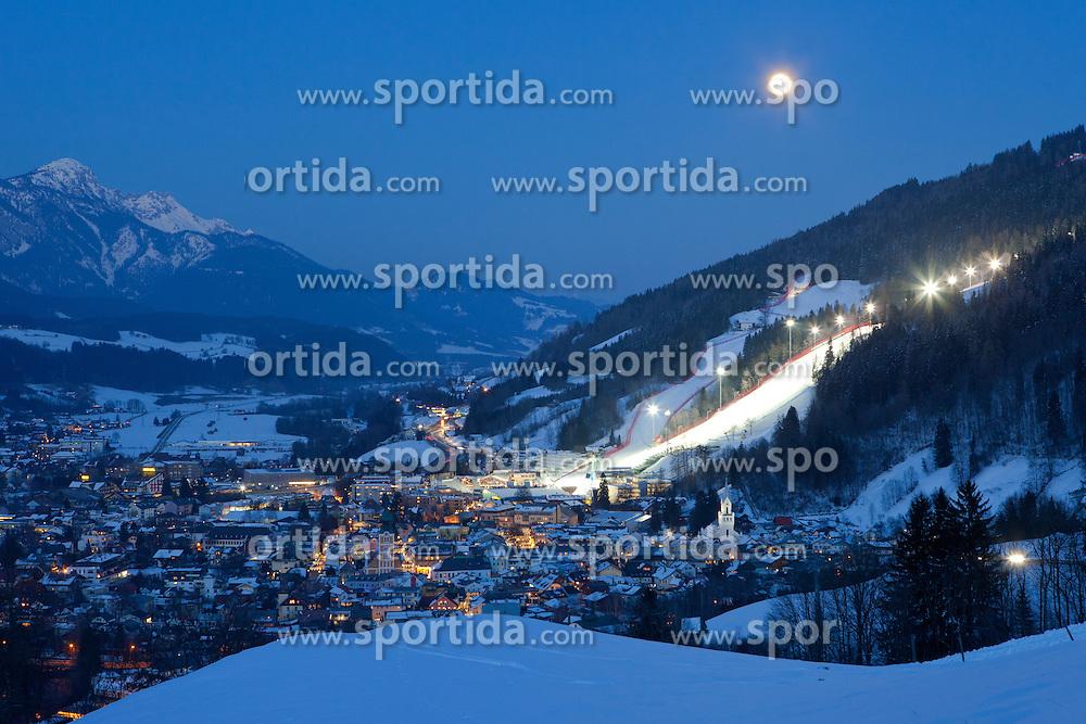 26.01.2013, Schladming, AUT, FIS Weltmeisterschaften Ski Alpin, Schladming 2013, Vorberichte, im Bild die Bergstadt Schladming mit der beleuchteten Piste der Planai bei Vollmond am 26.01.2013 // Schladming and the flood light on the Planai slope at full moon on 2013/01/26, preview to the FIS Alpine World Ski Championships 2013 at Schladming, Austria on 2013/01/26. EXPA Pictures © 2013, PhotoCredit: EXPA/ Martin Huber