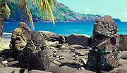 Kleine Steinstatuen am Strand, Nuka Hiva, Französisch Polynesien * Small stone statues at beach, Nuka Hiva, French Polynesia