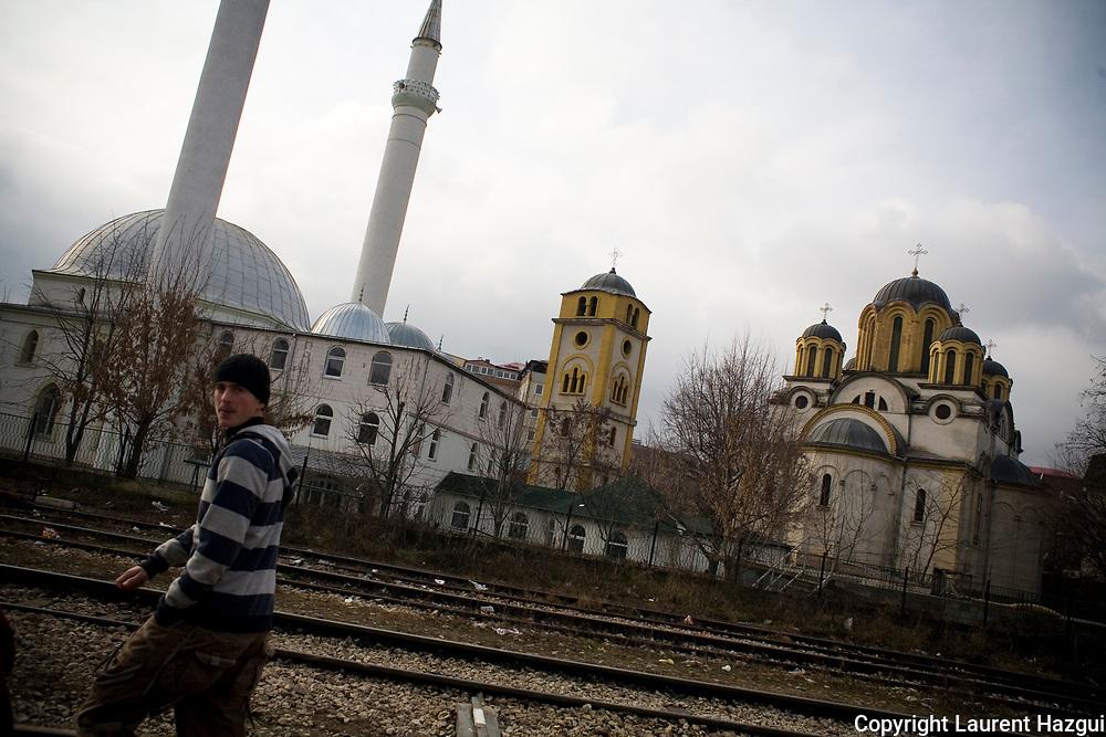 """13122007. Ferizaj. Symbole communiste, l'église et la mosquée de Ferizaj se font face. Après la seconde guerre mondiale, le régime communiste a érigé l'église sur le terrain de la mosquée comme symbole de rapprochement entre les """"frères"""" albanais et serbes. Il n'y a jamais eu de conflit de religion à Ferizaj. Le conflit de religion ou l'islamisme galopant comme partie prenante de l'opposition entre les deux communautés sont des idées reçues fausses. L'attaque des églises lors des émeutes de 2004 par les Albanais est une attaque des intérêts Serbes au kosovo et non une attaque liée à des questions purement religieuses. L'islam chez les Albanais est modéré."""