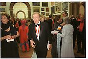 Sir David Frost. Royal Academy annual dinner. Royal Academy. Picadilly. 30 May 2002. © Copyright Photograph by Dafydd Jones 66 Stockwell Park Rd. London SW9 0DA Tel 020 7733 0108 www.dafjones.com
