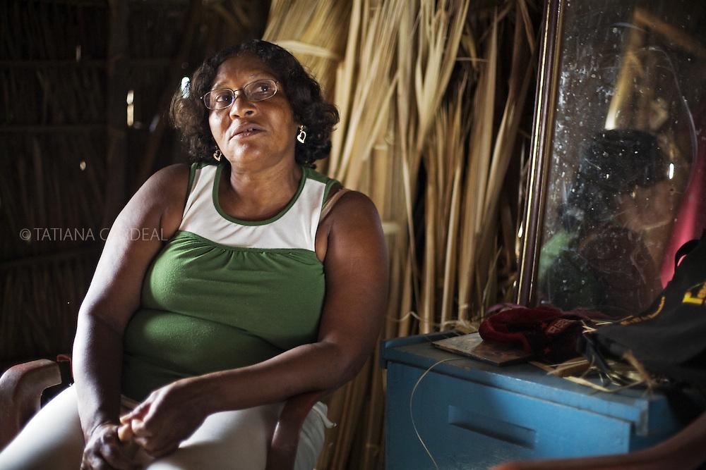 Maria Domingas da Anunciação, a Ninha, 52 anos, moradora do assentamento São Sebastião, no povoado de Alagamar, em sua casa..