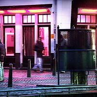 Nederland,Amsterdam.2 december 2005..Hoerenlopers op de wallen van Amsterdam..Hoeren. Hoerenlopen. Redlight district. Aids. Prostitutie .Openbare toilet. Pissoir. Amsterdammertjes.Eneco energie. Electriciteitsrekening. SOA.