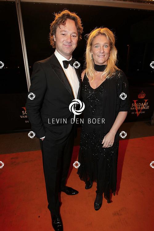 KATWIJK - Frits Sissing met zijn vrouw zaterdag op de oranje loper van de galapremiere van Soldaat van Oranje - de Musical in de Theater Hangaar op de oude vliegbasis Valkenburg bij Katwijk. FOTO LEVIN DEN BOER - PERSFOTO.NU