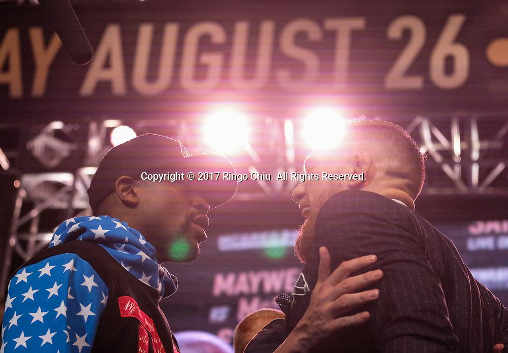 7月11日,小梅威瑟 (左)和康纳-麦格雷戈在台上互骂。当日,前五个级别的世界拳王美国&ldquo;金钱&rdquo;弗洛伊德-小梅威瑟和UFC头号巨星两个级别的世界冠军爱尔兰&ldquo;嘴炮&rdquo;康纳-麦格雷戈在美国的洛杉矶召开了赛前首场新闻发布会。他们两人将於8月26日在拉斯维加斯举行比赛。这是两人巡回发布会的第一站,后面还有加拿大多伦多、纽约布鲁克林、英国伦敦三站。新华社发 (赵汉荣摄)<br /> Floyd Mayweather Jr., left, and Conor McGregor exchange words during the LA Press Tour news conference at Staples Center Tuesday, July 11, 2017, in Los Angeles, the United States. The two will fight in a boxing match in Las Vegas on August. 26.(Photo by Ringo Chiu)<br /> <br /> Usage Notes: This content is intended for editorial use only. For other uses, additional clearances may be required.