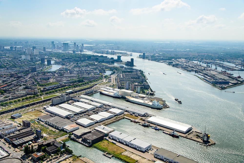 Nederland, Zuid-Holland, Rotterdam, 10-06-2015; Bospolder met onder in beeld Keileweg en Keilehaven. Verder Lekhaven en IJselhaven. Skyline centrum Rotterdam en Kop van Zuid.  Links het Darkpark (tussen Hudsonstraat - met bomen - en Vierhavensstraat).  Dakpark, is gebouwd op het voormalige rangeerterrein, nu park bovenop winkelboulevard (Bigshops Dakpark).<br /> Old harbour area in Rotterdam centre with Dakpark (roof park), former yard, now park on top of shopping boulevard. <br /> luchtfoto (toeslag op standard tarieven);<br /> aerial photo (additional fee required);<br /> copyright foto/photo Siebe Swart