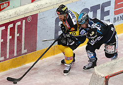 12.02.2015, Albert Schultz Eishalle, Wien, AUT, EBEL, UPC Vienna Capitals vs EHC Liwest Linz, Zwischenrunde, im Bild Kristopher Foucault (UPC Vienna Capitals) und Curtis Murphy (EHC Liwest Linz) // during the Erste Bank Icehockey League intermediate heats match between UPC Vienna Capitals and EHC Liwest Linz at the Albert Schultz Ice Arena, Vienna, Austria on 2015/02/12. EXPA Pictures © 2015, PhotoCredit: EXPA/ Thomas Haumer
