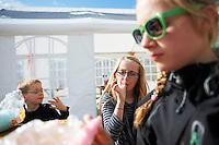 Krakkarnir gæða sér á candyfloss á Húsavík.