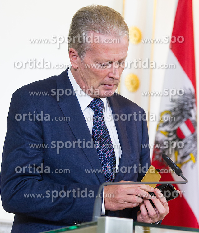 03.11.2015, Bundeskanzleramt, Wien, AUT, Bundesregierung, Pressefoyer nach Sitzung des Ministerrats, im Bild Vizekanzler und Minister für Wirtschaft und Wissenschaft Reinhold Mitterlehner (ÖVP) mit Mobiltelefon // Vice Chancellor of Austria and Minister of Science and Economy Reinhold Mitterlehner (OeVP) with cell phone during press foyer after cabinet meeting at federal chancellors office in Vienna, Austria on 2015/11/03, EXPA Pictures © 2015, PhotoCredit: EXPA/ Michael Gruber