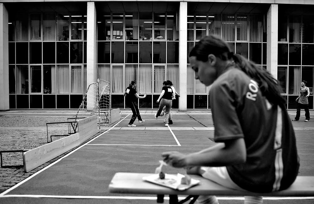 O studenta mananca in timpul unui campionat amical de fotbal disputat intre trei echipe de fete din mai multe universitati din Viena, in curtea Universitatii Tehnice. Viena, 06 Inuie 2008