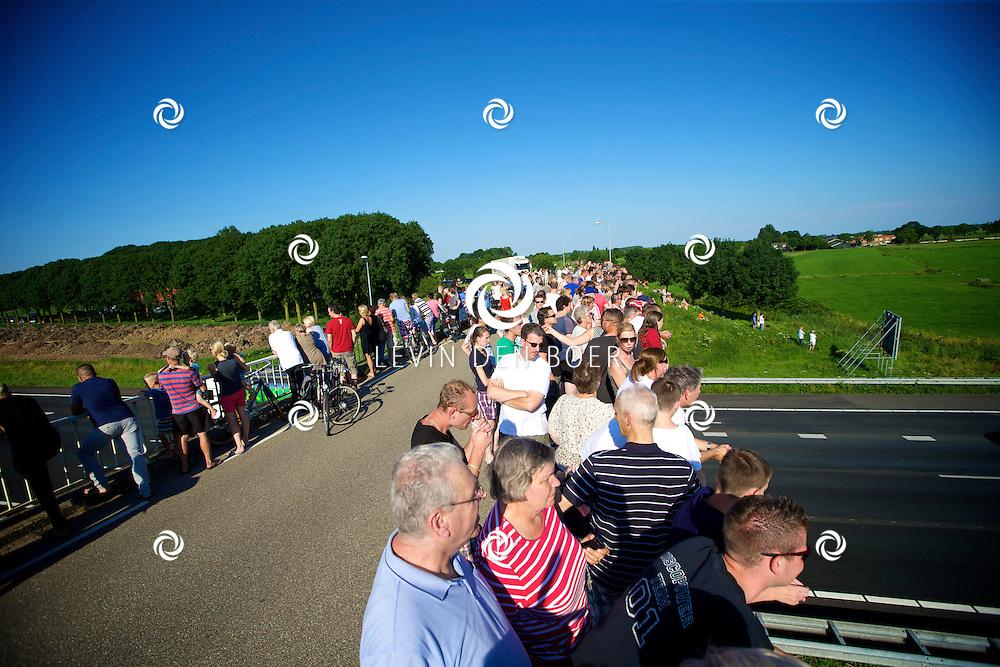 ZALTBOMMEL - De Rouwstoet die vertrok vanuit Eindhoven onderweg over de A2 richting Hilversum. Enorme drukte op het viaduct tussen Gameren en Zaltbommel. FOTO LEVIN DEN BOER - PERSFOTO.NU