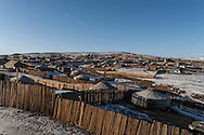 Mongolia. Ulaanbaatar. Yurt city, the capital is expanding. the families  leaving in the countryside are creating huge yurts area , daily life in winter; in slums  Ulan Baatar -     /  yourte ville, l'exode rural a entraine la creation d'immenses quartiers de yourtes habites par les familles qui ont quitte la campagne. vie quotidienne en hiver dans ce qui ressemble a des bidonvilles  Oulan Bator - Mongolie   /  L0055849