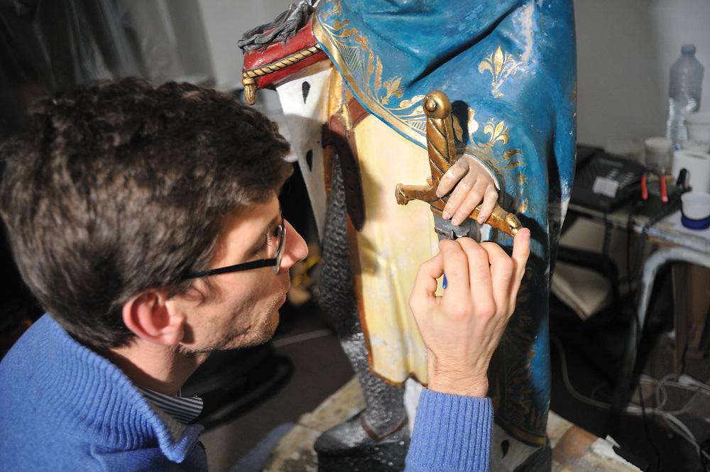Les dernières retouches de peinture sont apportés à la statue avant sont transport pour la collégiale.