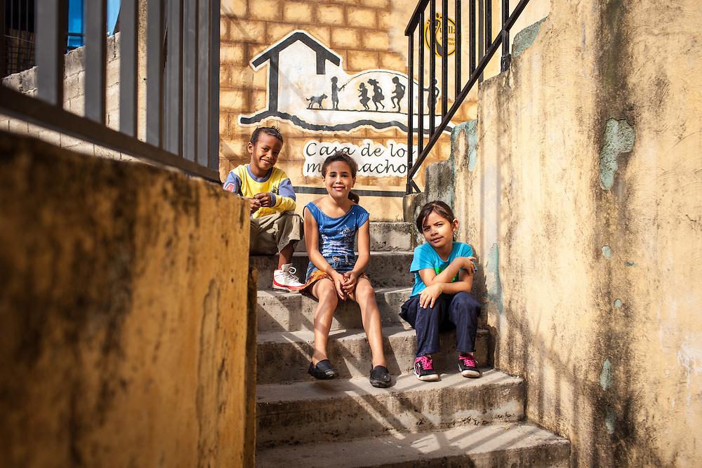 Niños vecinos del Barrio San Miguel de La Vega posan en la Casa de los Muchachos. Esta casa forma parte del programa Casa Universitaria Padre Alberto Hurtado (CUPAH). Caracas, Nov. 08, 2013 (Foto/Ivan Gonzalez)