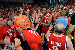 14.06.2015, Brose Arena, Bamberg, GER, Beko Basketball BL, Brose Baskets Bamberg vs FC Bayern Muenchen, Playoffs, Finale, 3. Spiel, im Bild Die Spieler der Brose Baskets Bamberg bejubeln den Sieg gegen den FC Bayern Muenchen Basketball mit den Fans. hier:: Darius Miller (Brose Baskets Bamberg) // during the Beko Basketball Bundes league Playoffs, final round, 3rd match between Brose Baskets Bamberg and FC Bayern Muenchen at the Brose Arena in Bamberg, Germany on 2015/06/14. EXPA Pictures &copy; 2015, PhotoCredit: EXPA/ Eibner-Pressefoto/ Merz<br /> <br /> *****ATTENTION - OUT of GER*****