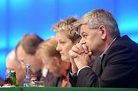 18 OCT 2002, BERLIN/GERMANY:<br /> Joschka Fischer (R), B90/Gruene, Bundesaussenminister, und im Hintewrgrund (v.L.n.R.): Rezzo Schlauch, B90/Gruene, MdB, ehem. Fraktionsvors., Volker Beck, B90/Gruene, Parl. Geschaeftsf. d. Fraktion, Juergen Trittin, B90/Gruene, Bundesumweltminister, Renate Kuenast, B90/Gruene, Bundesverbraucherschutzministerin, 20. Bundesdelegiertenkonferenz Buendnis 90 / Die Gruenen, Stadthalle Bremen<br /> IMAGE: 20021018-01-042<br /> KEYWORDS: Parteitag, Bundesparteitag, party conference, BDK, Gespräch, Renate Künast, Jürgen Trittin, party congress