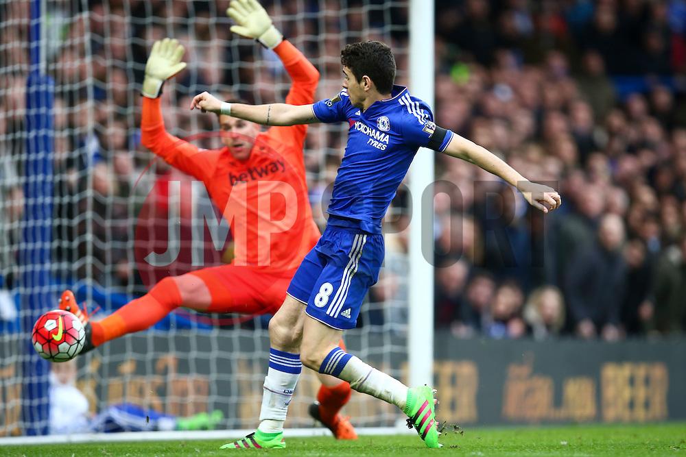 Oscar of Chelsea almost hits the target - Mandatory byline: Jason Brown/JMP - 19/03/2016 - FOOTBALL - London, Stamford Bridge - Chelsea v West Ham United - Barclays Premier League