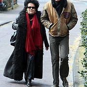 NLD/Laren/20080419 - Ad Visser en partner Melanie Agsteribbe wandelend in Laren NH