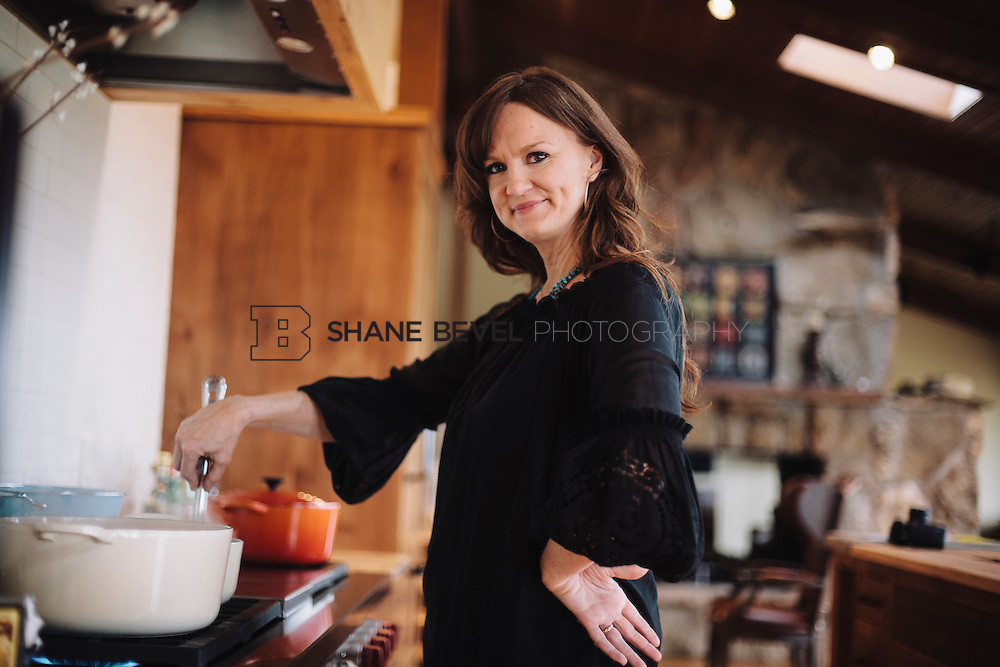 9/15/09 5:52:16 PM -- Ree Drummond, The Pioneer Woman, works in the kitchen in the lodge near her home on the Drummond Ranch near Pawhuska, Okla. ..Photo by Shane Bevel