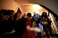 Jeudi noir. 29102006. Paris 11&egrave;me. 1&egrave;re action du colectif lors d&rsquo;une visite d&rsquo;appartement &agrave; louer. Distribution de tract aux demandeurs de logement juste avant la visite de l'appartement. <br /> <br /> Le collectif Jeudi Noir se bat contre les prix &eacute;lev&eacute;s de l&rsquo;immobilier pour les jeunes et les bas salaires. Depuis fin octobre 2006, Jeudi noir s&rsquo;invite lors de visite d&rsquo;appartement en location, &agrave; la vente, dans les agences immobili&egrave;res ou chez des vendeurs de liste pour y faire la f&ecirc;te et revendiquer un &eacute;clatement de la bulle immobili&egrave;re et un interventionnisme de l&rsquo;&Eacute;tat pour r&eacute;guler le march&eacute; immobilier.  Le 31 d&eacute;cembre 2006, le collectif entame une occupation d&rsquo;un immeuble vide, appartenant &agrave; une banque, pr&egrave;s de la place de la Bourse &agrave; Paris, avec les associations Macaq et le DAL, baptis&eacute; le &laquo;minist&egrave;re de la crise du logement &raquo; et qui vise &agrave; &ecirc;tre un lieu de ressource et d&rsquo;&eacute;change sur la crise du logement en France, et &agrave; installer le sujet dans la campagne pr&eacute;sidentielle 2007. S&eacute;rie en cours&hellip;
