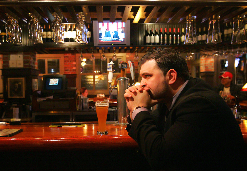 Hanover, MA 01/27/2010.Jason Bradley of Methuen watches the State of the Union Address at the Uno Chicago Bar & Grill in Hanover on Wednesday evening..Alex Jones / The Patriot Ledger