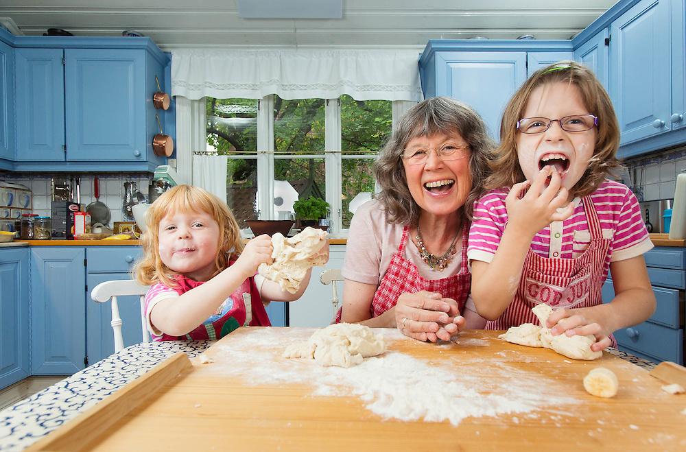 OSLO2014-08-31: Vibeke Sæther med barnebarna Liam (minst), Mia (mellom) og Kajsa. FOTO:WERNERJUVIK
