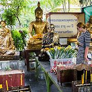 THA/Bangkok/201607111 - Vakantie Thailand 2016 Bangkok, Linda Janssen bij een met goud belegde buddha