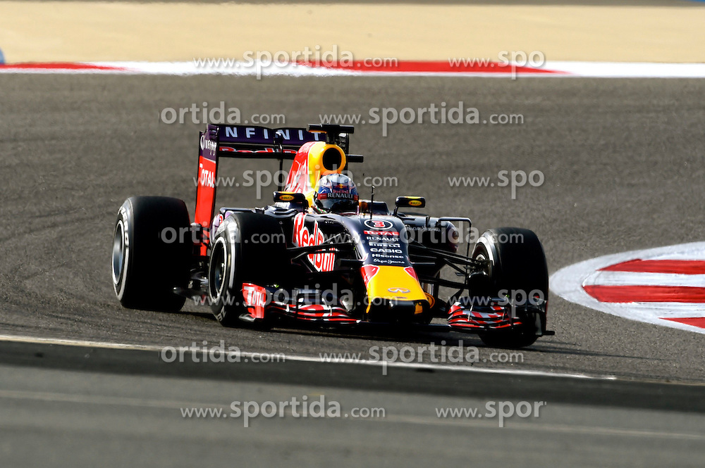 18.04.2015, International Circuit, Sakhir, BHR, FIA, Formel 1, Grand Prix von Bahrain, Qualifying, im Bild Daniel Ricciardo (AUS) Red Bull Racing RB11 // during Qualifying of the FIA Formula One Bahrain Grand Prix at the International Circuit in Sakhir, Bahrain on 2015/04/18. EXPA Pictures &copy; 2015, PhotoCredit: EXPA/ Sutton Images/ Jerry Andre<br /> <br /> *****ATTENTION - for AUT, SLO, CRO, SRB, BIH, MAZ only*****