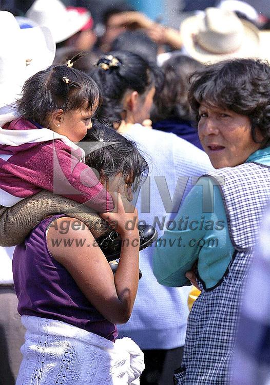 Toluca, Méx.- Desde pequeñas mujeres de las comunidades aprenden las responsabilidades de la madre. Agencia MVT / Mario Vázquez de la Torre.