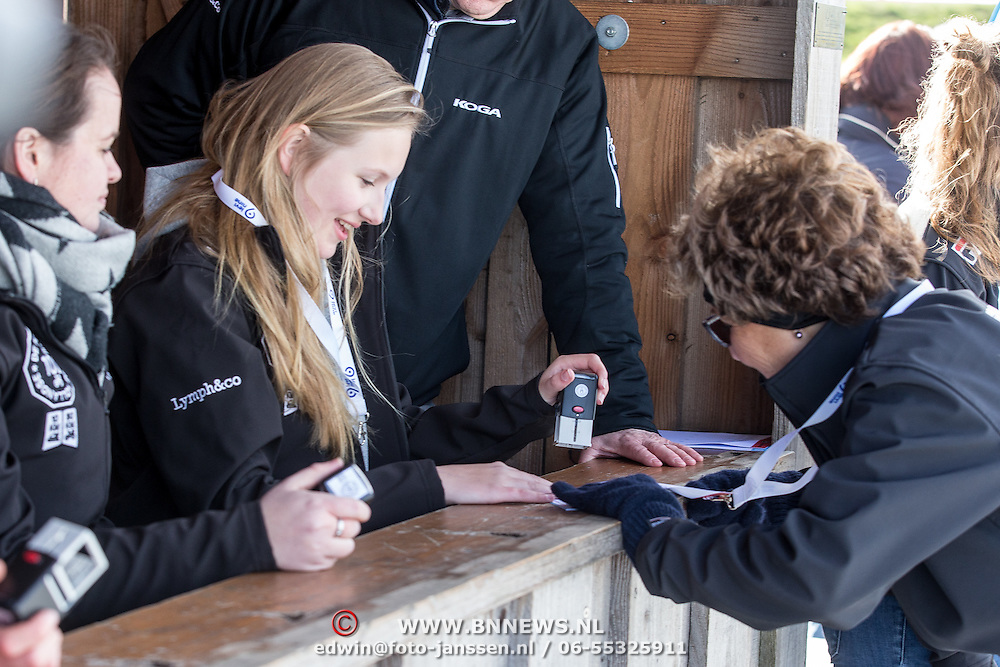 NLD/Biddinghuizen//20170305 - De Hollandse 100 - Stichting Lymph & Co 2017, Prinses Isabella stempelt de kaart van haar oma Prinses Margriet