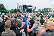 Nederland, Nijmegen, 22-6-2013Live optreden van Bruce Springsteen en de E-street band in het Goffertpark.60.000 bezoekers kwamen op dit concert af en trotseerden later de regen voor een mooi optreden.Een bezoeker, fan, maakt met een smart phone, iphone,mobieltje,een filmpje, video, of foto om die later misschien te laten zien op facebook of yoytube.Foto: Flip Franssen/Hollandse Hoogte