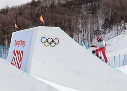 11.02.2018, Phoenix Snow Park, Bokwang, KOR, PyeongChang 2018, Slope Style, Damen, Qualifikation, im Bild Arbeiter bearbeiten die Kicker // Workers on the kicker during the ladie's Slope Style Qualification of the Pyeongchang 2018 Winter Olympic Games at the Phoenix Snow Park in Bokwang, South Korea on 2018/02/11. EXPA Pictures © 2018, PhotoCredit: EXPA/ Johann Groder