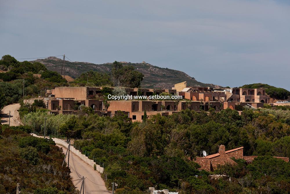 hotel des italiens ruins, destroyed by a bomb. Calalonga beach near Bonifacio, Corsica south  /  l hotel des italiens a ete detruit par une bombe. a Cala longa  pres de Bonifacio, Corse du sud