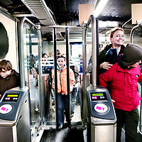 Nederland,Rotterdam ,15 januari 2008..Metrogangers bij Centraal Station passeren de Chipkaartpoortjes.De Chipkaart is in opspraak gekomen vanwege mogelijke fraudegevoeligheid..De ov-chipkaart is definitief gekraakt. Onderzoekers uit Nijmegen hebben een methode ontdekt om onbeperkt en gratis te reizen op een wegwerpkaart die eigenlijk voor maximaal twee ritten bedoeld is. Dat heeft RTL Nieuws maandagavond onthuld.