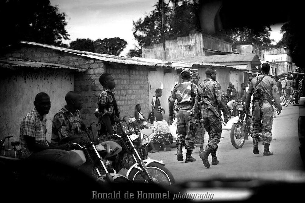The FACA (national army) and not the Presidential Guard has arrived in town. No houses have been burned. People slowly return to their homes...Right in the heart of Africa, surrounded by Chad, Sudan and the Democratic Republic of Congo is the Central African Republic (CAR). In line with its neighbours this country is ravaged by internal conflicts. Several rebel groups are engaged in a permanent war with the government. Army and militias have burnt down thousands of villages. The population fled into the bush where an estimated 100,000 still live. ..The Central African Republic has many Internally Displaced People (IDP's). Nobody knows how many. It is almost impossible to register them. There is only one IDP camp in a country the size of Texas. Many crossed the border to Chad, but the majority lives spread out in the bush. Whole communities live in small huts trying to hide amongst the barren trees. Small patches of land are cultivated but don't produce enough to feed the population. The main crop is Cassava. The shortage of food and the unbalanced diet result in children with swollen belies, malnourished babies and a rate of death amongst children under the age of five which, at 167 out of 1000, is one of the highest in the world. ..---..Na dagen van onzekerheid komt op maandag 2o april eindelijk een peloton militairen aan in Paoua. Het zijn geen leden van de gevreesde Presidentie?le garde, maar van het gewone leger, de FACA. Ze zijn er alleen om de orde te handhaven. Veel mense keren hierna weer terug naar hun huizen. De spanning is voorlopig geweken...Omringd door Chad, Darfur en de Democratische Republiek Congo ligt de Centraal Afrikaanse Republiek. In lijn met de buren wordt ook dit land verscheurd door interne conflicten. Verschillende rebellengroepen zijn in een permanente oorlog met de regering verwikkeld. Duizenden dorpen zijn door, vooral het leger, maar ook door andere milities afgebrand. De bevolking is gevlucht..Het enige verschil is dat de wereld