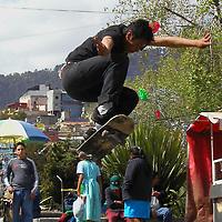 Toluca, Méx.- Jovenes hacen piruetas en patinetas en la plaza fray andres de castro de la ciudad de Toluca. Agencia MVT / Hernan Vazquez E. (DIGITAL)<br /> <br /> NO ARCHIVAR - NO ARCHIVE
