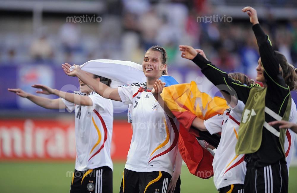 Fussball Frauen FIFA U 20  Weltmeisterschaft 2008    01.12.2008 Brasilien - Deutschland SCHLUSSJUBEL GER, Carolin Schiewe (Mitte)